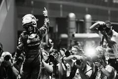 Sebastian_Vettel-F1_GP_Singapore_2011-R-01