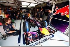 Sebastian_Vettel-Red_Bull-Garage