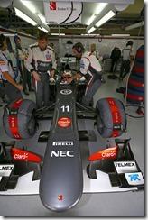 Nico_Hulkenberg-Sauber_F1_Team_Garage