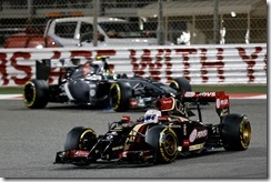 Bahrain International Circuit, Sakhir, Bahrain. Sunday 6 April 2014. Romain Grosjean, Lotus E22 Renault, leads Esteban Gutierrez, Sauber C33 Ferrari. Photo: Alastair Staley/Lotus F1 Team. ref: Digital Image _R6T3733