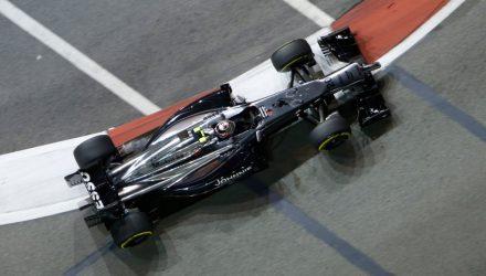 Kevin_Magnussen-Singapore_GP-2014-R01.jpg