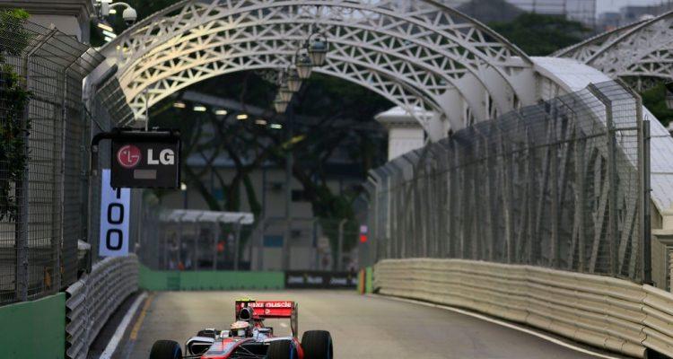 Lewis_Hamilton-F1_GP_Singapore_2012-P1-02