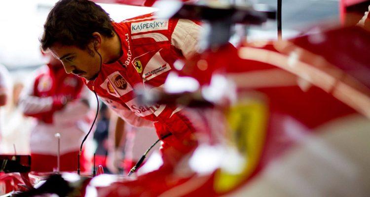 Fernando_Alonso-Ferrari_Garage.jpg