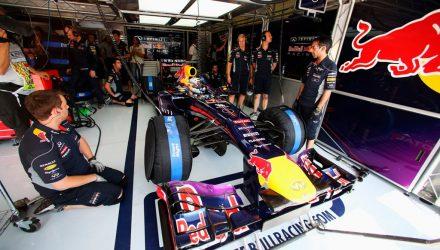 Sebastian_Vettel-Red_Bull-Garage.jpg