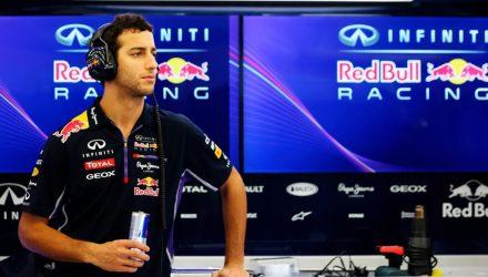 Daniel_Ricciardo-RBR-Garage.jpg